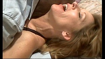 Horny mature dildoing her pussy on cam